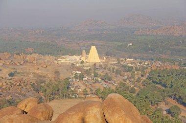 "Картина, постер, плакат, фотообои ""Virupaksha храм. Вид с холма Matanga Virupaksha храм и базар деревне Хампи. Панорамный вид сверху, aerophoto."", артикул 197621518"