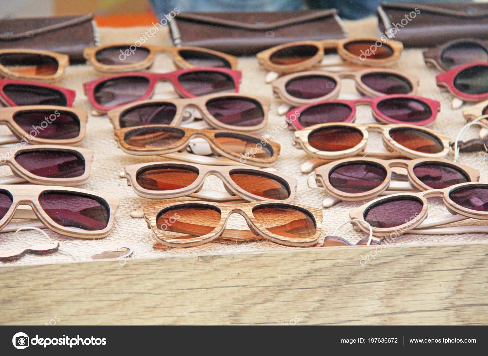 Sonnenbrillen Einem Holzrahmen Viele Sonnenbrillen Designer Brillen ...