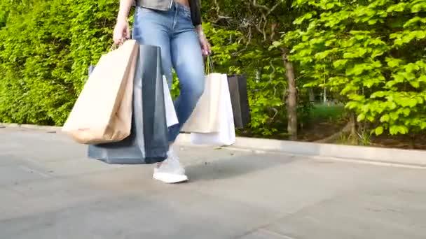 Mladá žena s velkých papírových tašek