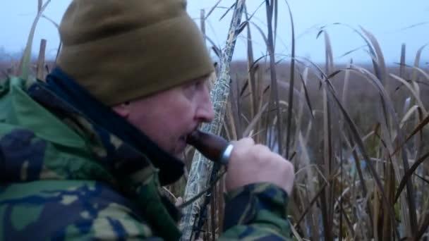 Hunter egy puska fegyvert öltözött álcázás hívás, kacsa-, fürj-cső