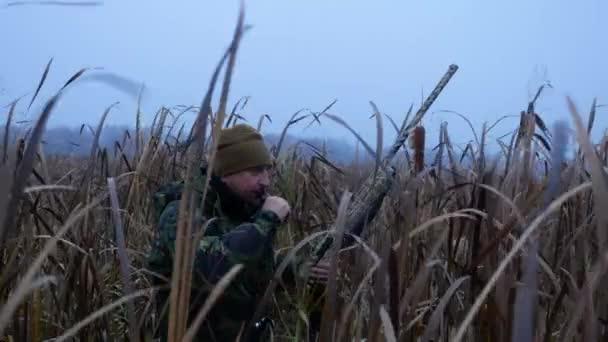 Modern hunter a várakozás mező madarakat puska