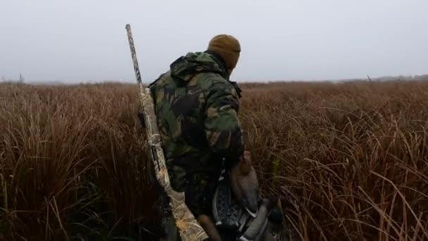 Modern hunter álcázás fegyverrel megy a vadászat