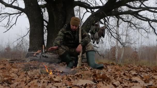 Hunter s puškou u ohně