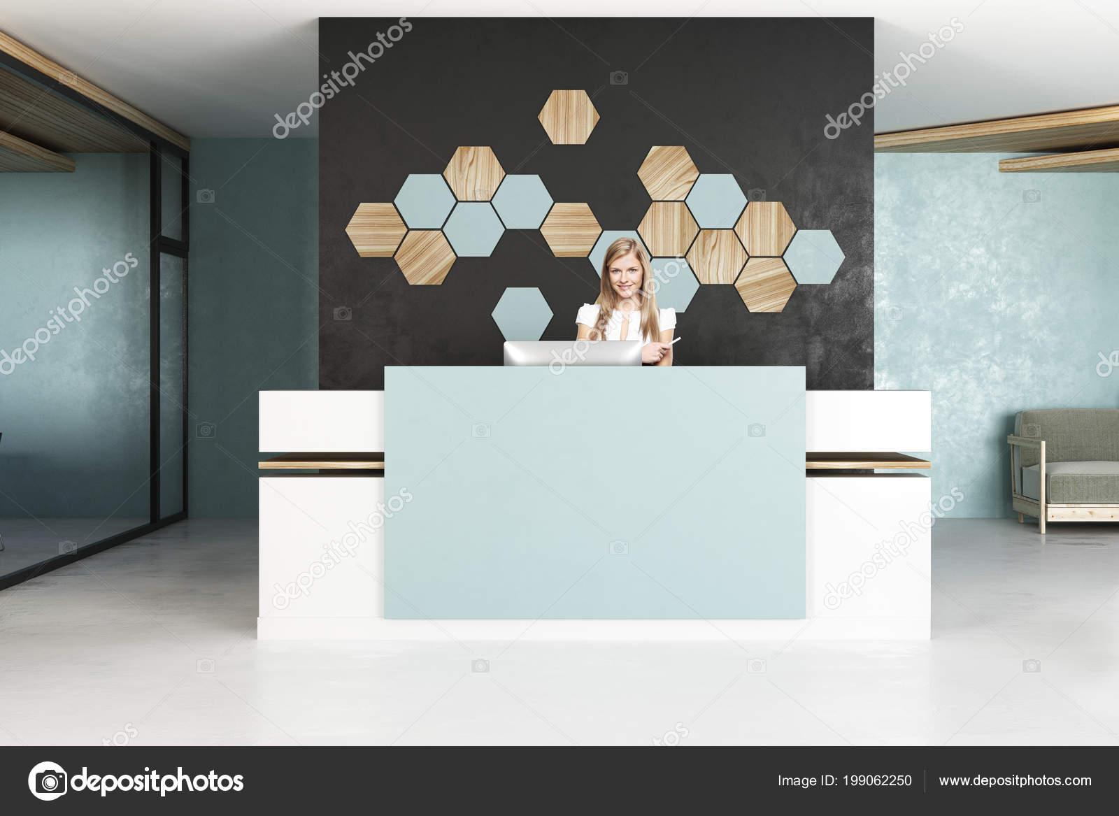 Séduisante femme affaires européen permanent bureau moderne 5euros