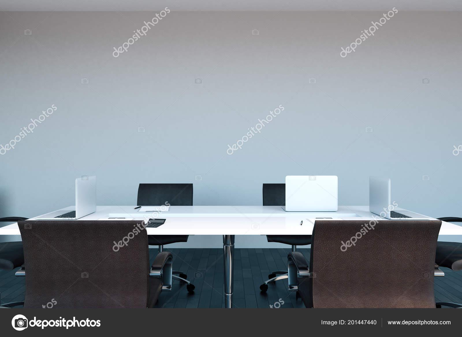 Bureau blanc intérieur avec espace copie sur mur béton réunion