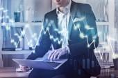 Fotografie Geschäftsmann, arbeiten mit Laptop auf hölzernen Tisch in Büro- und Diagramm mit finanziellen Graphen. 3D render