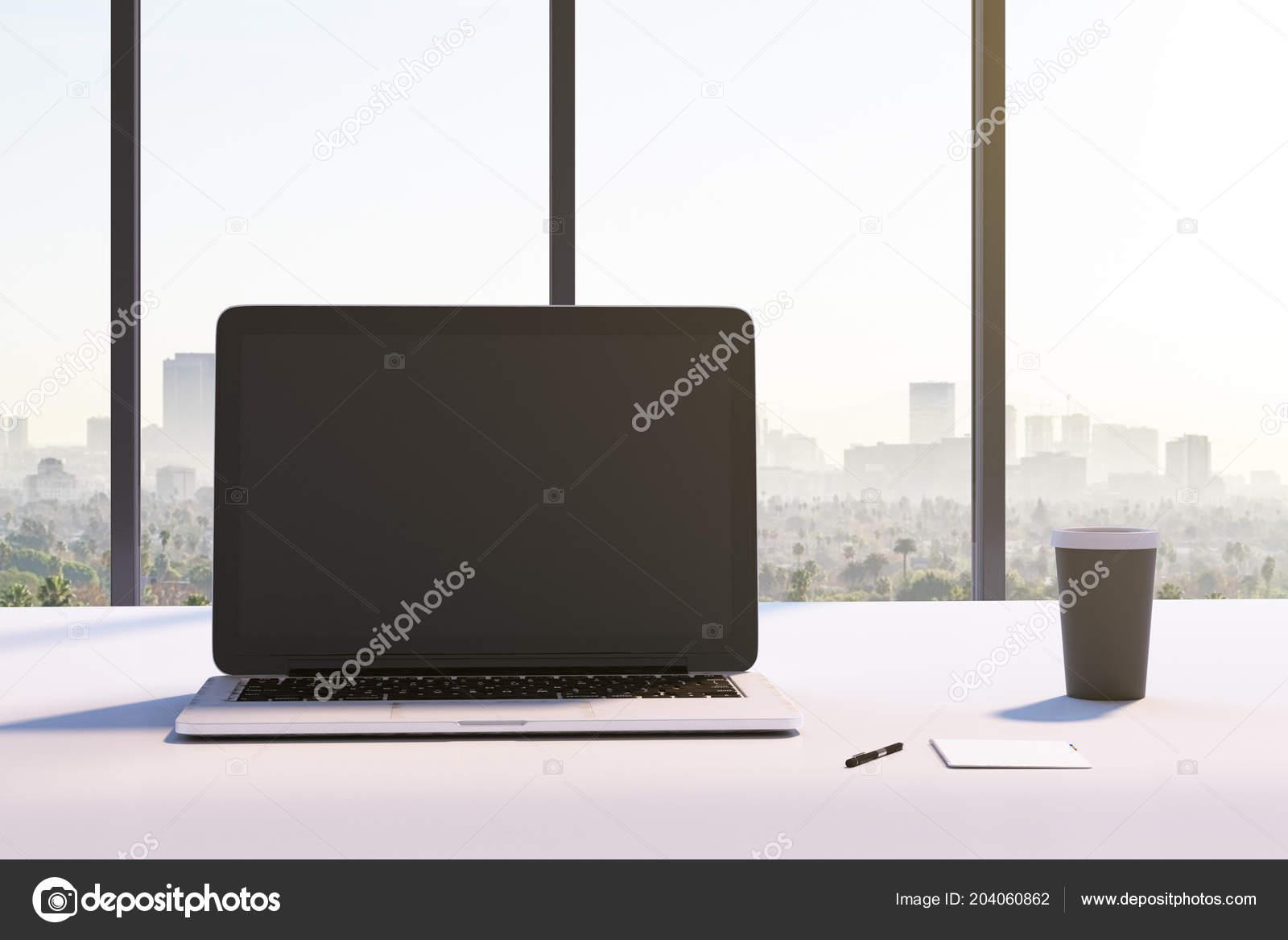 Vue face sur Écran ordinateur portable noir maquette sur bureau