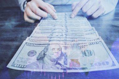Forx grafiği, hologram, Amerikan dolarları ve insan eli çizimleri. Teknik Analiz kavramı.