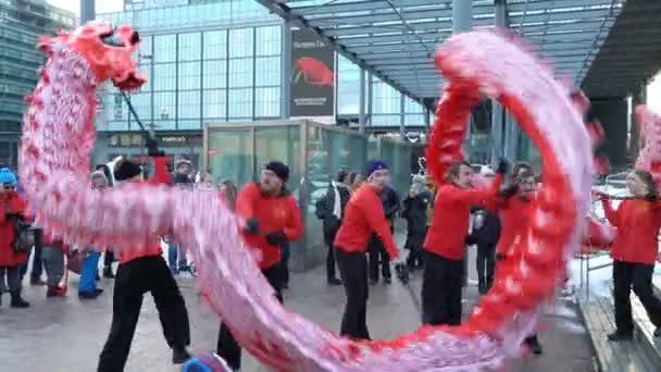 Čínský Nový rok parade show. Tradiční čínský Nový rok draci na ulicích Helsinky