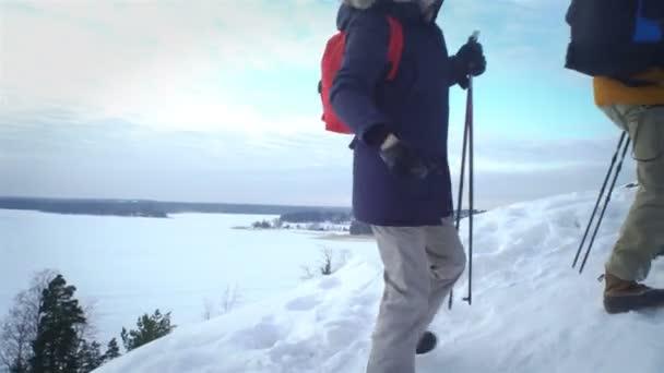 Mladí lidé na zimní túry v horách, backpackers chůzi na sněhu