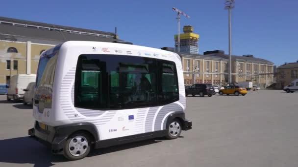Automatické dálkově ovládané autobus v Helsinkách. Bezpilotní veřejná doprava na ulici.