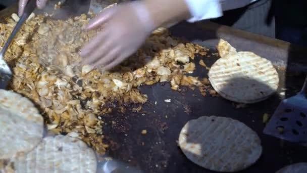 Pouliční prodavači vaření Gyros, klasická Řecká pita sendviče