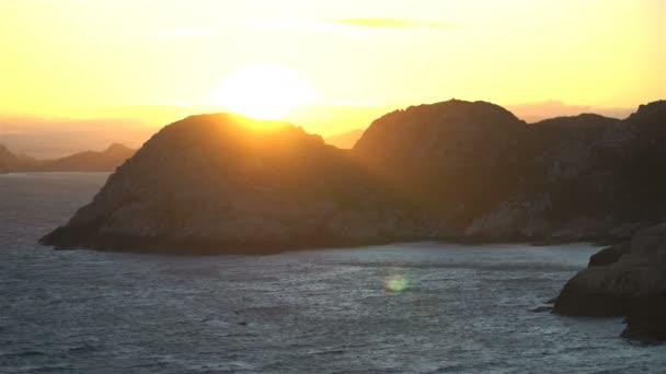 Úžasný výhled na západ slunce nad skály a v Severním moři na nejjižnějším bodem Norska