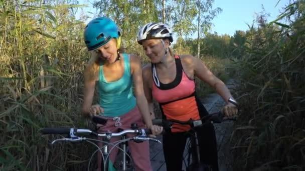 Dvě mladé ženy používají Gps navigace na Smartphone na kolo a Cyklistika