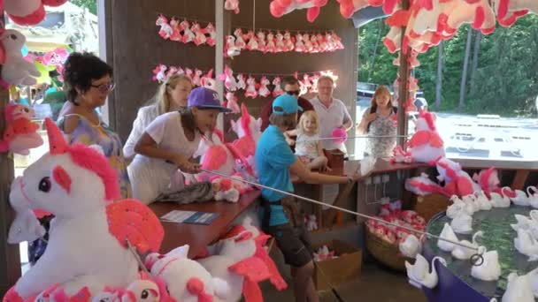 Gyermekek és felnőttek próbálja nyerhet egy halászati játék vidámpark