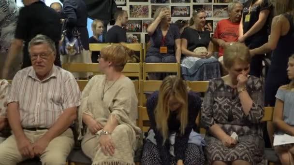 Zuschauer nehmen ihre Plätze vor der Aufführung im kleinen Sendesaal des das Kammertheater