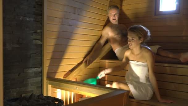 glückliches Paar genießt die Sauna zusammen