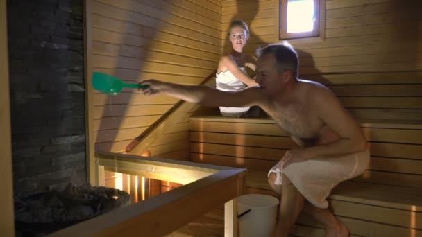 Šťastný pár, kteří požívají sauna dohromady