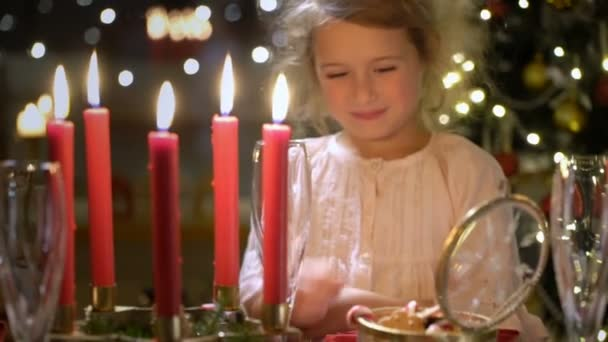 Aranyos kis lány karácsonyi sütik.
