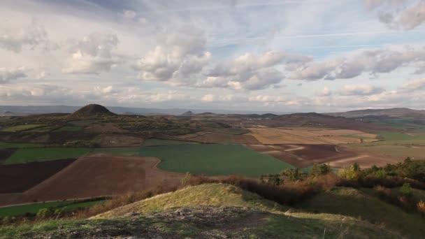 Pohled z vrcholu kopce Rana. Podzimní krajina ve středohoří, Česká republika