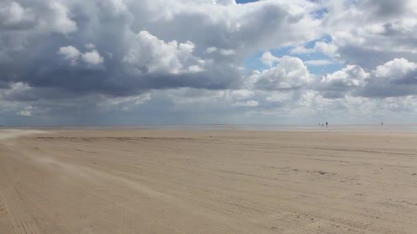 Na úžasný když po pláži na poloostrově Romo, Jutsko, Dánsko. Krajina po prudkém dešti. Tato pláž je oblíbený pro kiteboarding, surfování atd.