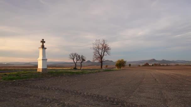 Kleine Kapelle bei Sonnenuntergang. Sonnenuntergang im Mittelböhmischen Hochland, Tschechische Republik