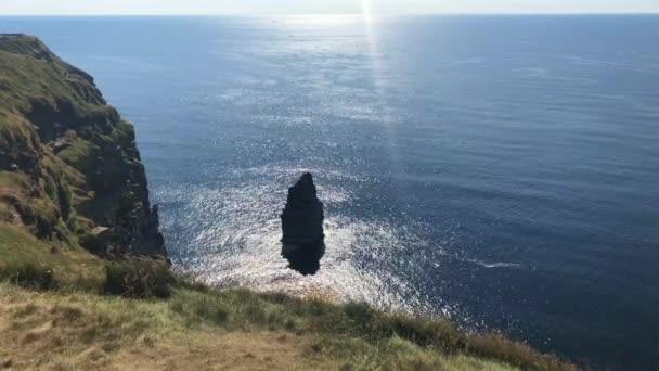 A híres Moherské útesy tengeri sziklák, a Burren régió, County Clare, Írország délnyugati szélén fekszik. Futnak a körülbelül 14 km-re.