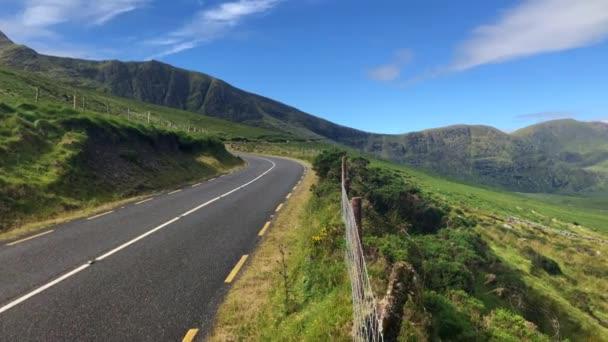 Conor Pass ist der höchste Gebirgspass in Irland. Die Dingle-Halbinsel in der Grafschaft Kerry, auf der Straße liegt, die zwischen Dingle Stadt und die Küste der anderen Seite die Halbinsel überquert.