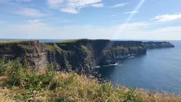 Slavné hospody jsou mořské útesy, se nachází na jihozápadním okraji oblasti Burren v Hrabství Clare, Irsko. Běhají za asi 14 kilometrů.