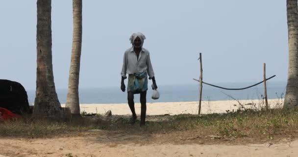 Silhouetten von Menschen am Strand