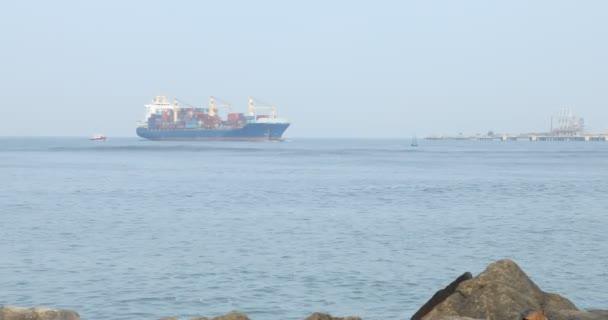 Loď v moři v přístavu