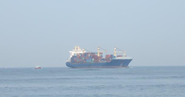 Loď na moři u přístavu