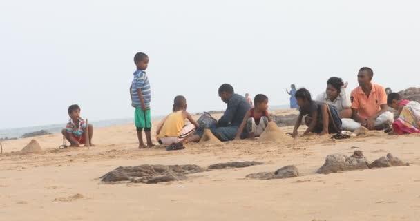 Kinderspiel am Strand Vizag Indien 25. Mai 2020