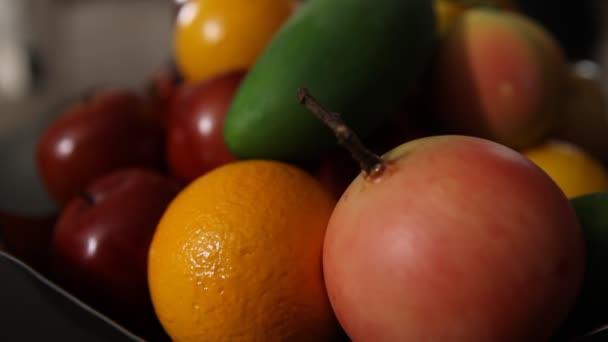 Különböző indiai gyümölcsök a tálban