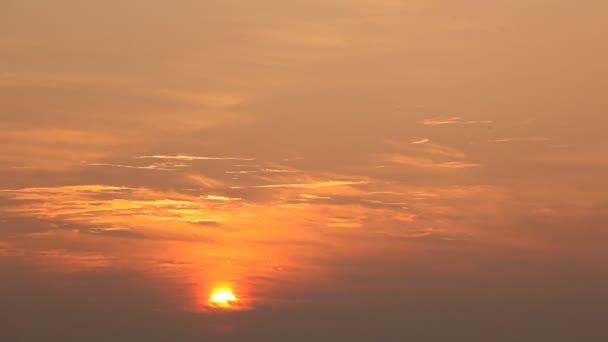 Gyönyörű nyári naplemente vidéki terület