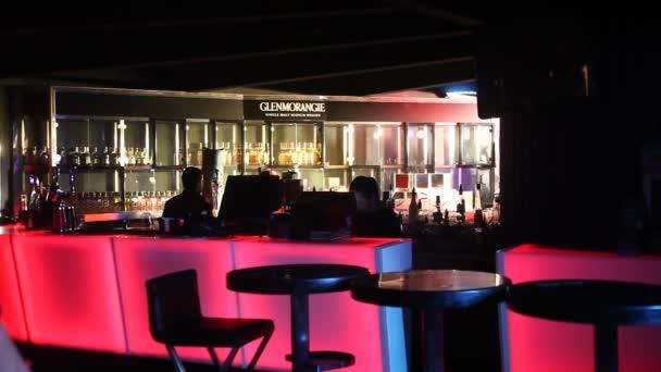 Glas in der Bar trinken