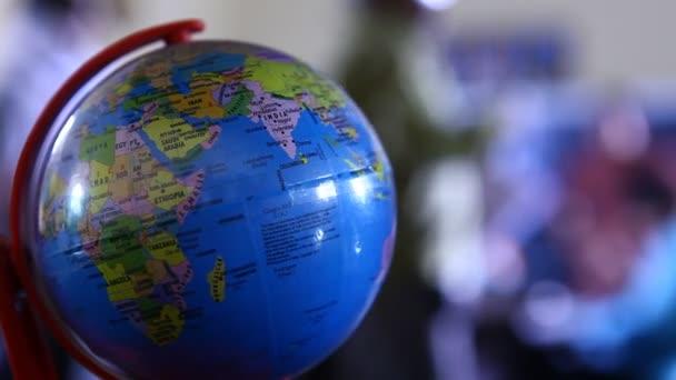 Globe egy irodai asztalon