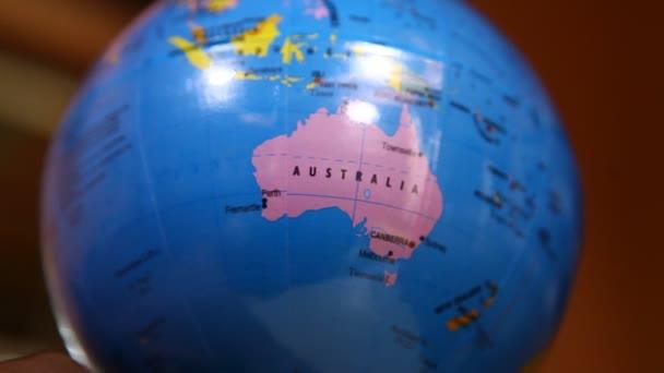 Globe na kancelářském stole