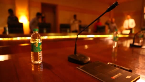 Mikrofon egy konferenciateremben
