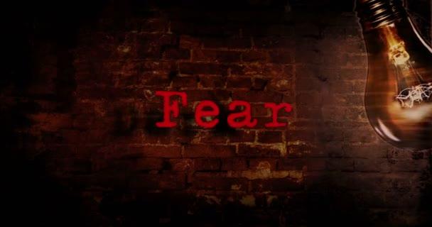 Kino horor noc intro nebo Otvírač. Dread slogany na starou cihlovou zeď s pokulhávající a blikající žárovkou. Tmavě děsivé atmosféry animace.