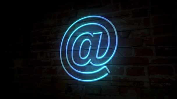 E-mail na @ symbol neon na cihlovou zeď. Internetová komunikace se světlo na cihlovou zeď na pozadí. Retro styl zářící ikona.