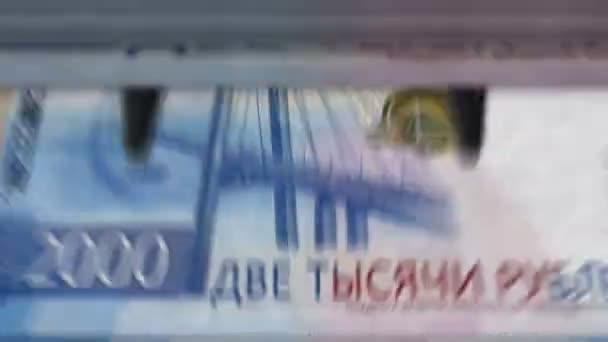 Geldzählmaschine mit 2000 russischen Rubel Banknoten. Schnell die Währung nach unten ziehen. Business and Economy Konzept lückenlose und nahtlose Animation.