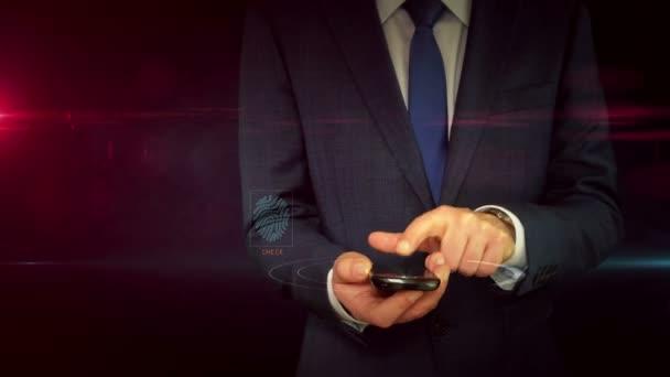 Podnikatel v obleku pomocí smartphone s displejem hologram znamení chytrých zařízení. Mobilní dálkové ovládání inteligentního domu, internet věcí abstraktní pojem. Futuristické technologie v ruce.