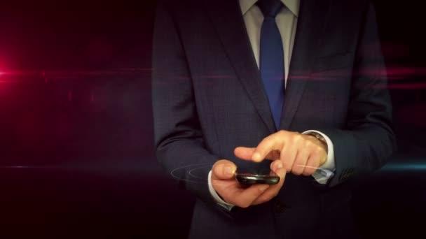 Concetto di virus rilevato. Uomo daffari in tuta con smartphone con verme e ologramma di avvertimento. Avviso di pericolo, crimine, minaccia e attacco astratto concetto con simbolo del cranio. Animazione 3D futuristica.