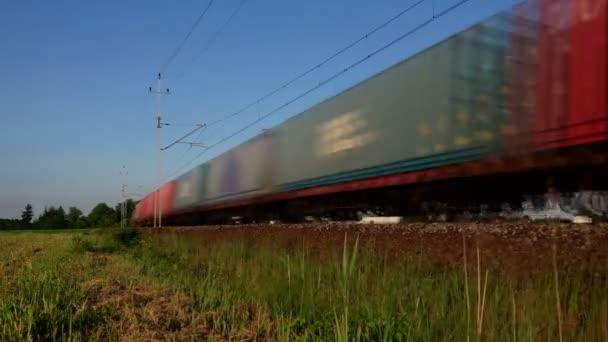 Rychlá nákladní vlak se rozběhne kolem dokola trati. Vozy v nekonečné a smyčné smyčce. Nákladní doprava na železnici.