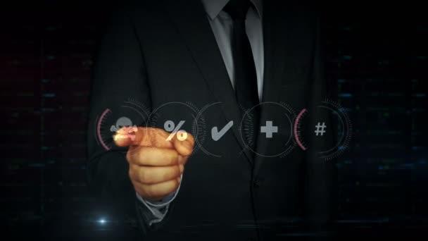 Un uomo daffari in giacca in giacca digitale tocca lo schermo con lologramma del teschio pirata. Uomo utilizzando linterfaccia di visualizzazione virtuale. Attacco informatico, criminalità online, furto e frode, pirateria nel concetto di cyberspazio.