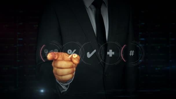 Obchodník v obleku se dotkne obrazovky s hologramem správy dat. Muž používající virtuální zobrazovací rozhraní. Úložiště souborů, počítačová bezpečnost, počítačová a digitální technologie futuristická koncepce.