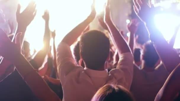 Dav koncert siluetu ruce