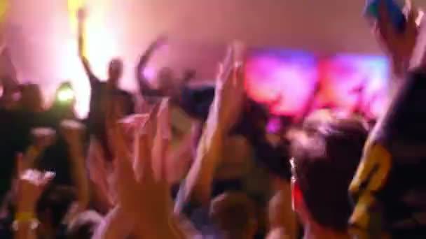 Spousta lidi nadšené davy párty na koncertě nebo v noci
