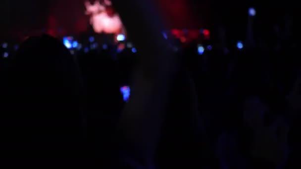 Este rock koncert tömeg